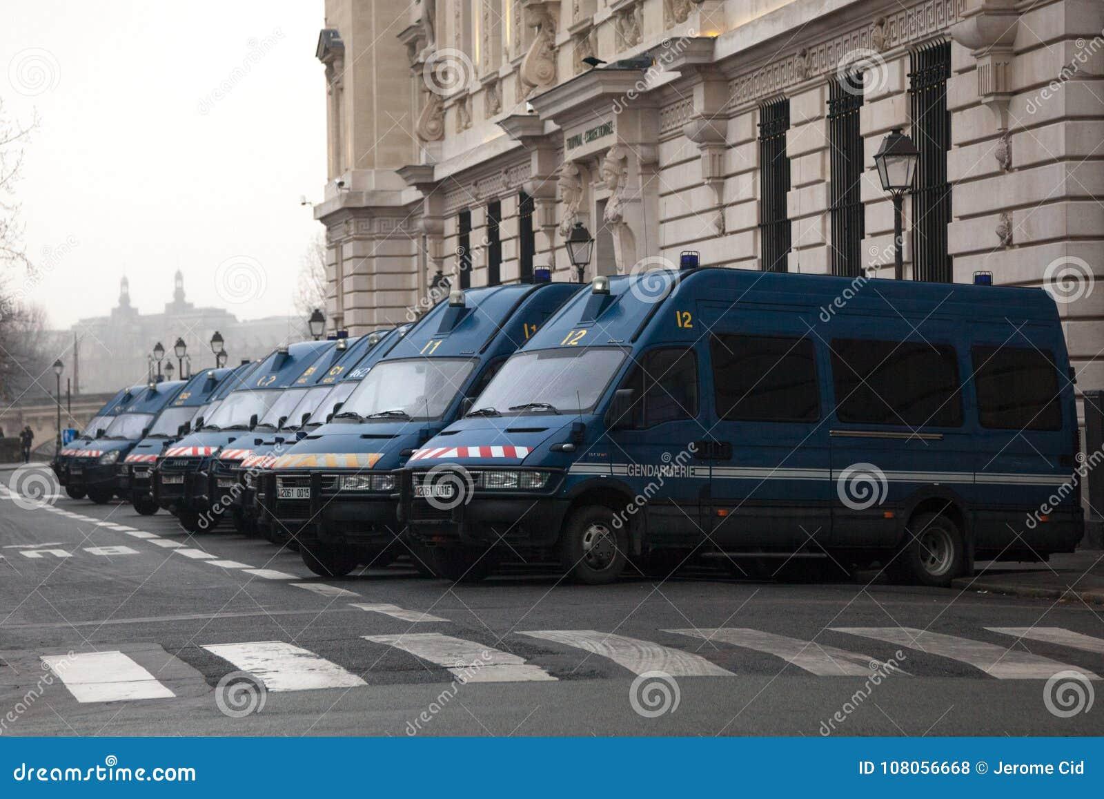 De Franse bestelwagens die van de politiemachtengendarmerie in lijn dichtbij hun hoofdkwartier op Parijs Van de binnenstad wachte