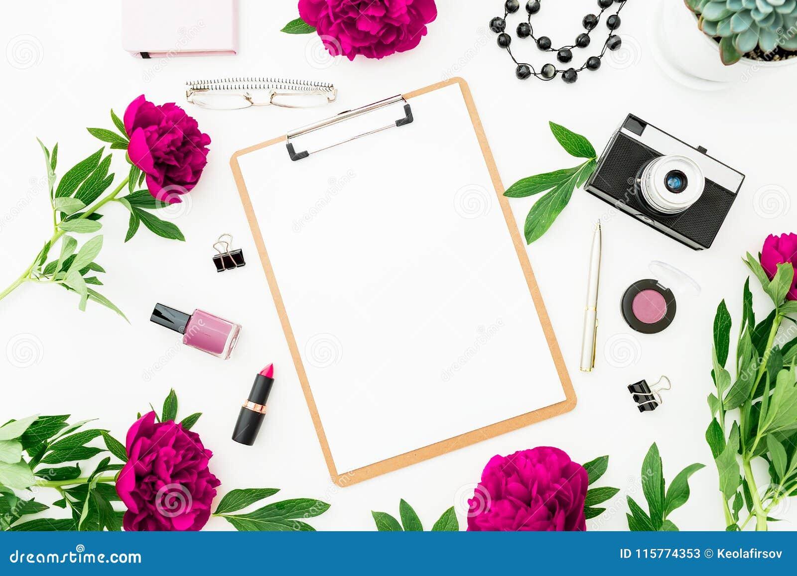 De Freelancerwerkruimte met klembord, zuivelfabriek, pioen bloeit en retro camera op witte achtergrond Vlak leg, hoogste mening M
