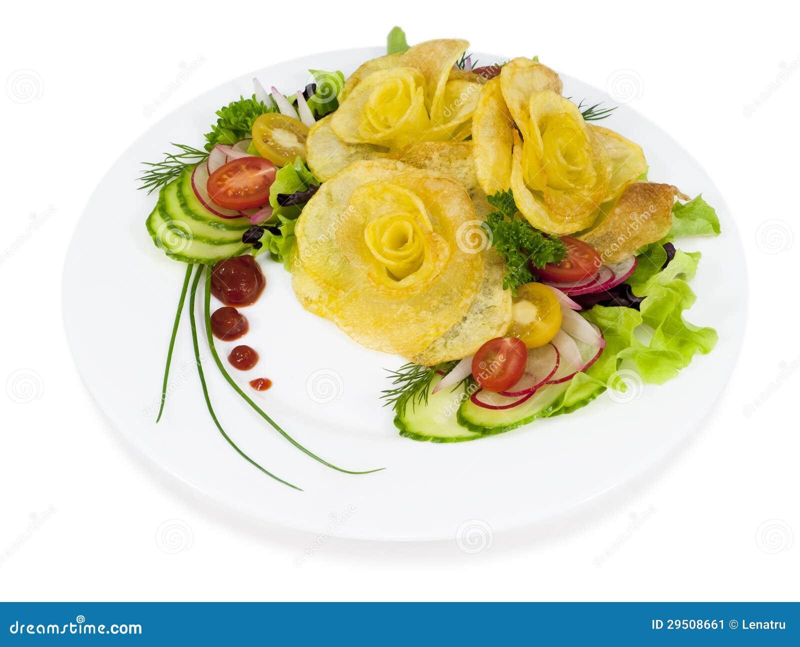 De frieten in de vorm van namen op een plaat met een salade op wh toe