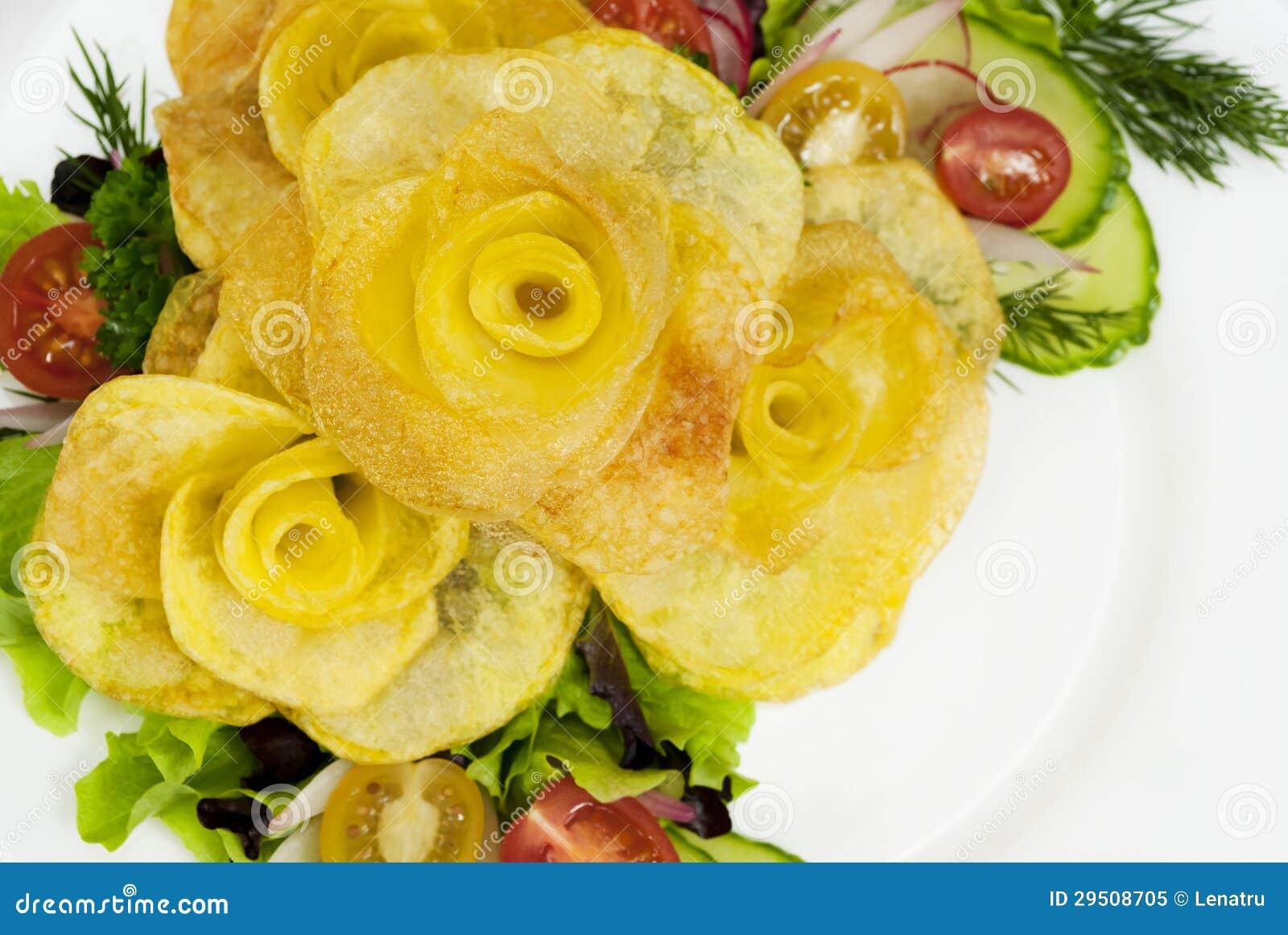 De frieten in de vorm van namen op een plaat met een salade toe