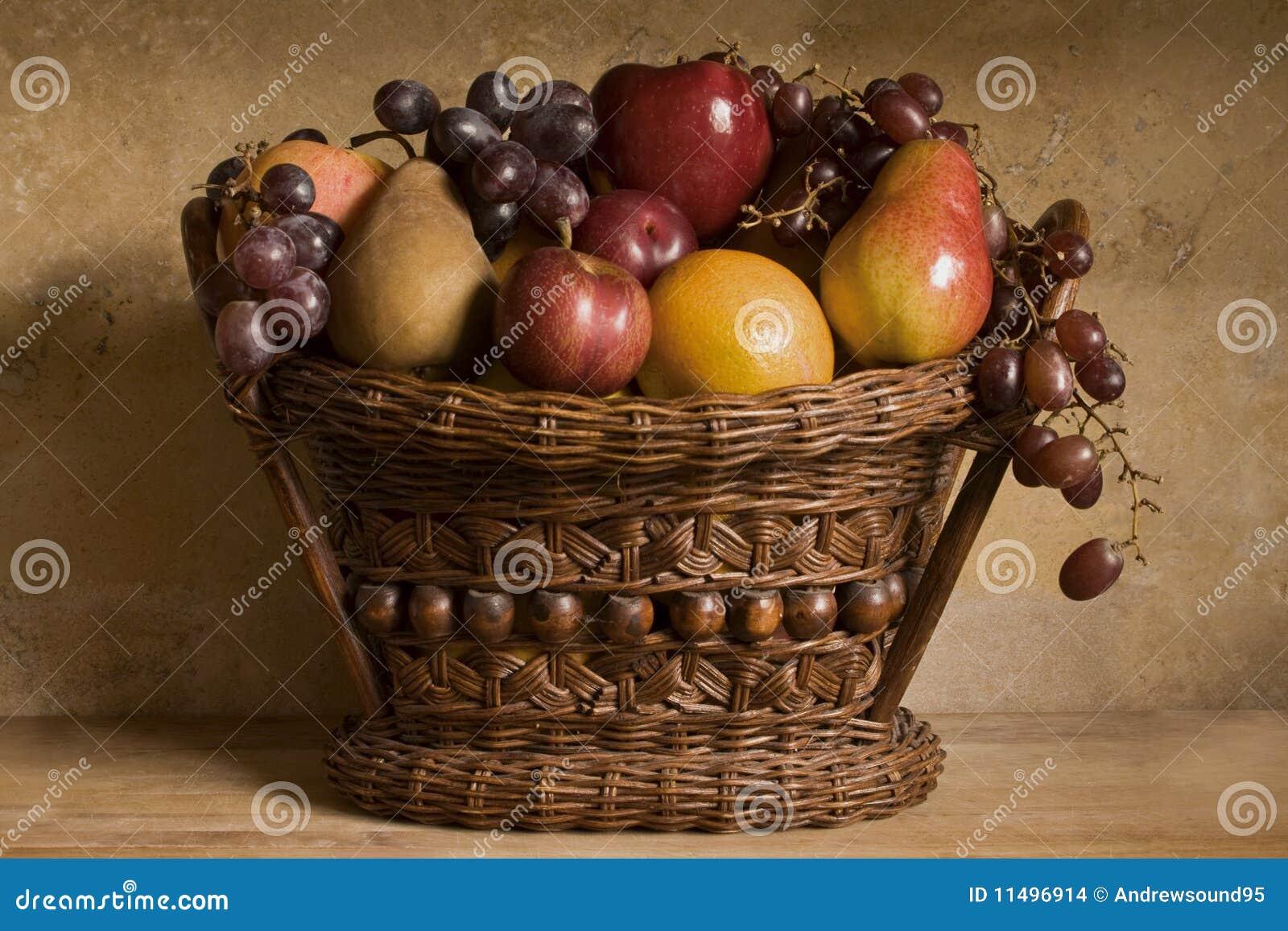 De fruta todavía de la cesta vida
