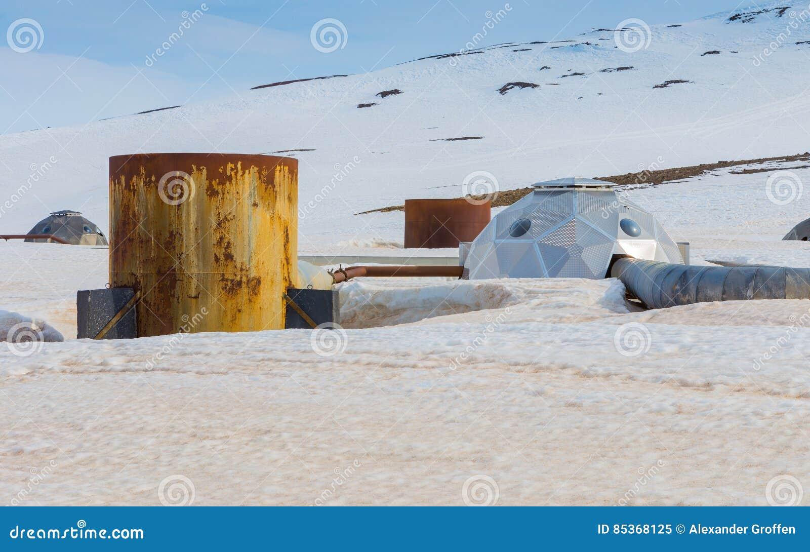 De futuristische bronnen vervoeren stoom van boorgaten aan de geothermische krachtcentrale van Krafla in Noord-IJsland