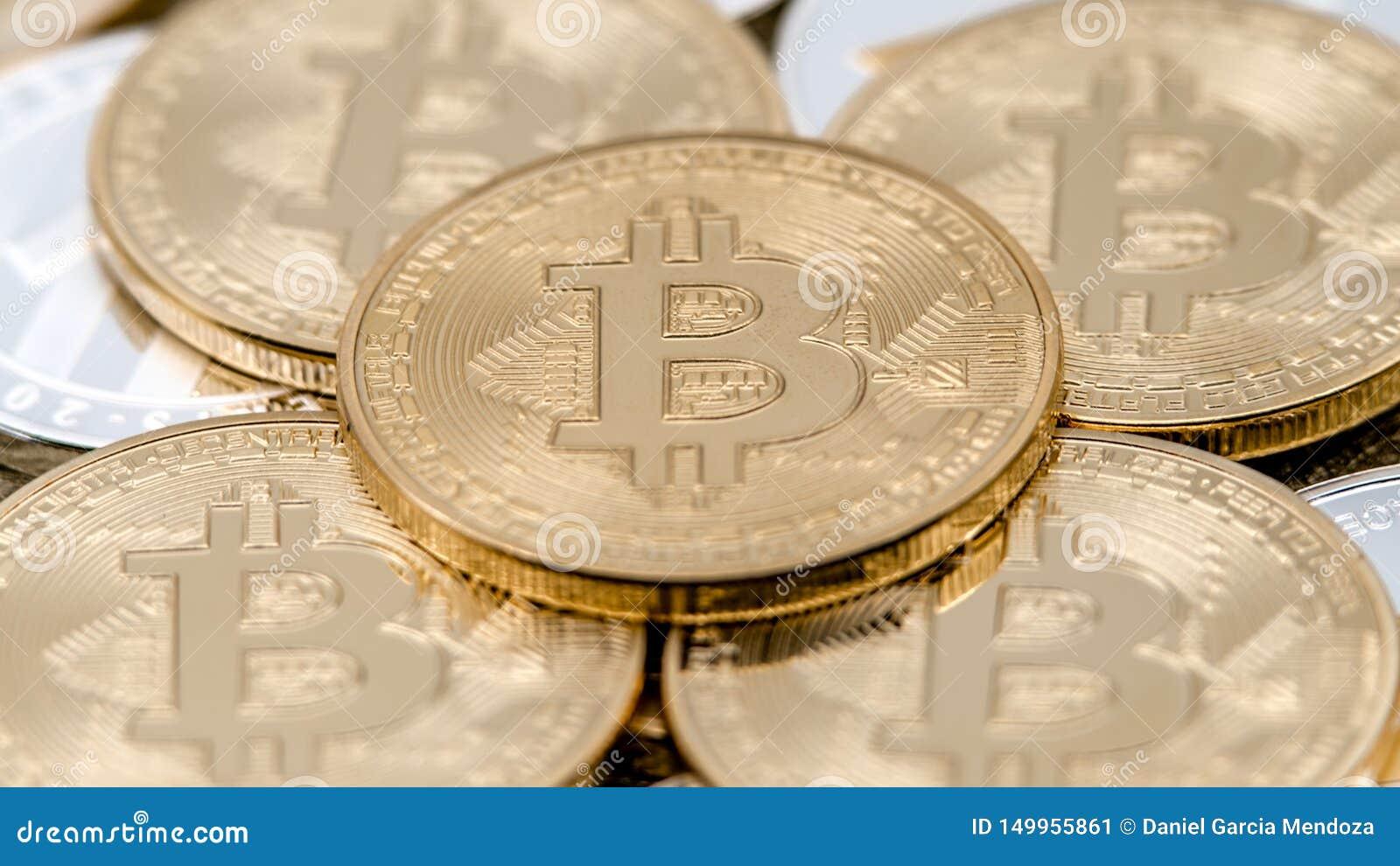 De fysieke munt die van metaal gouden Bitcoin over anderen muntstukken roteren btc