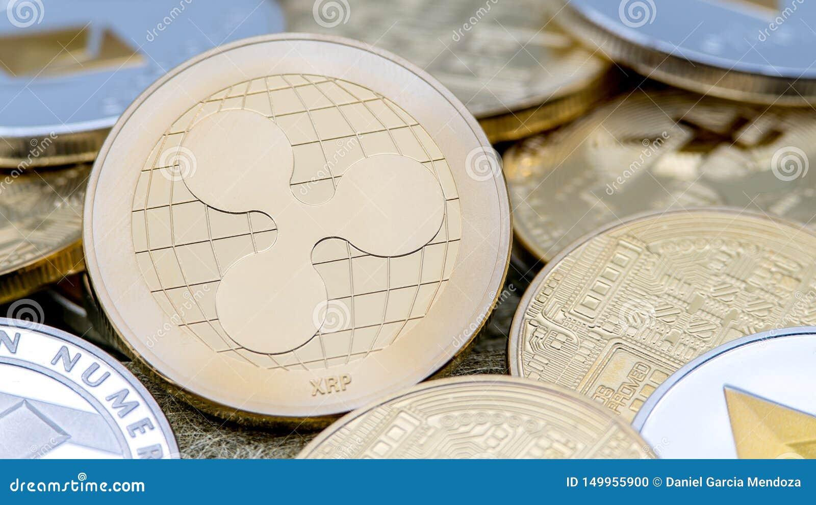 De fysieke munt van metaal gouden Ripplecoin over anderen muntstukken Rimpelingsmuntstuk
