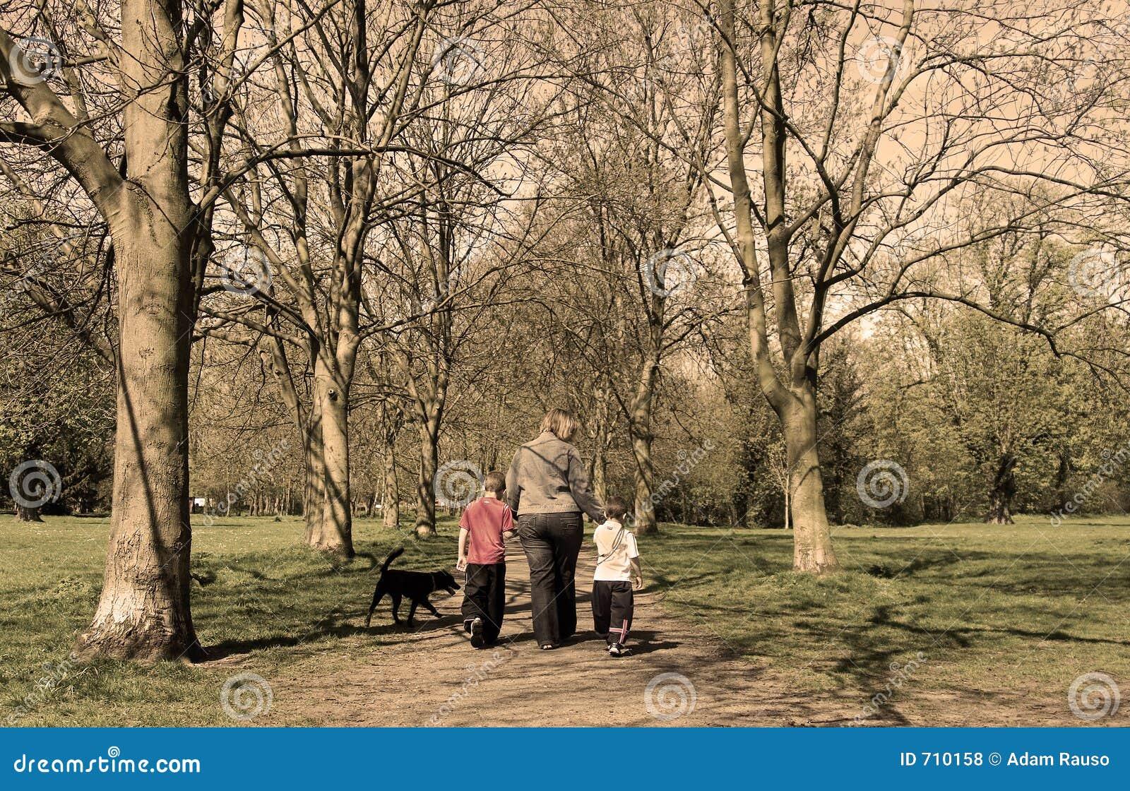 De gang van de familie in het park (sepia)