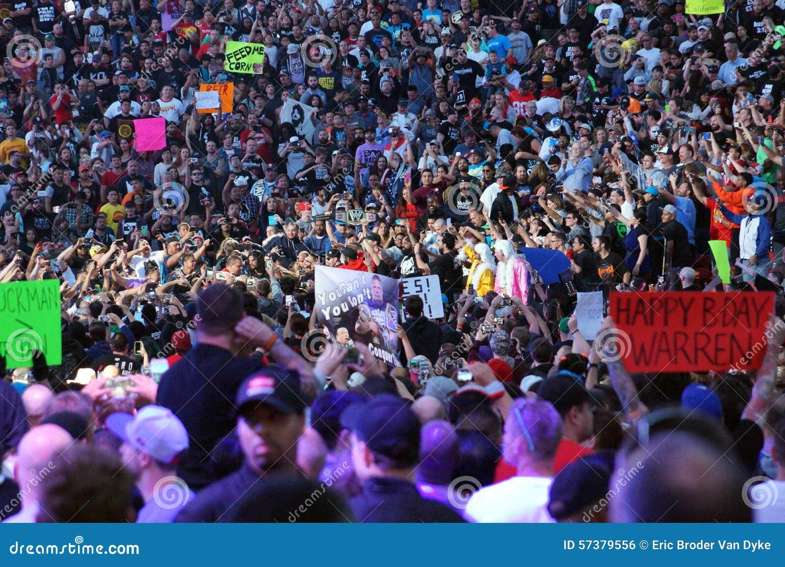 De gangen van worstelaarsroman reigns door menigte