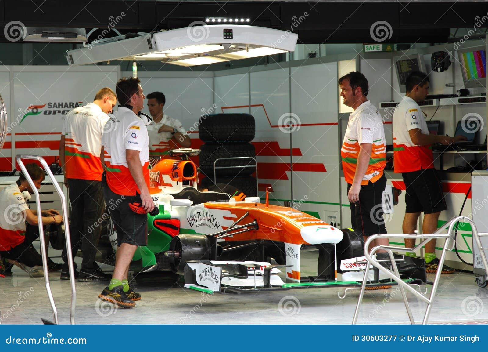 De garage van het kuileinde van teamkracht india mercedes for Garage formule m
