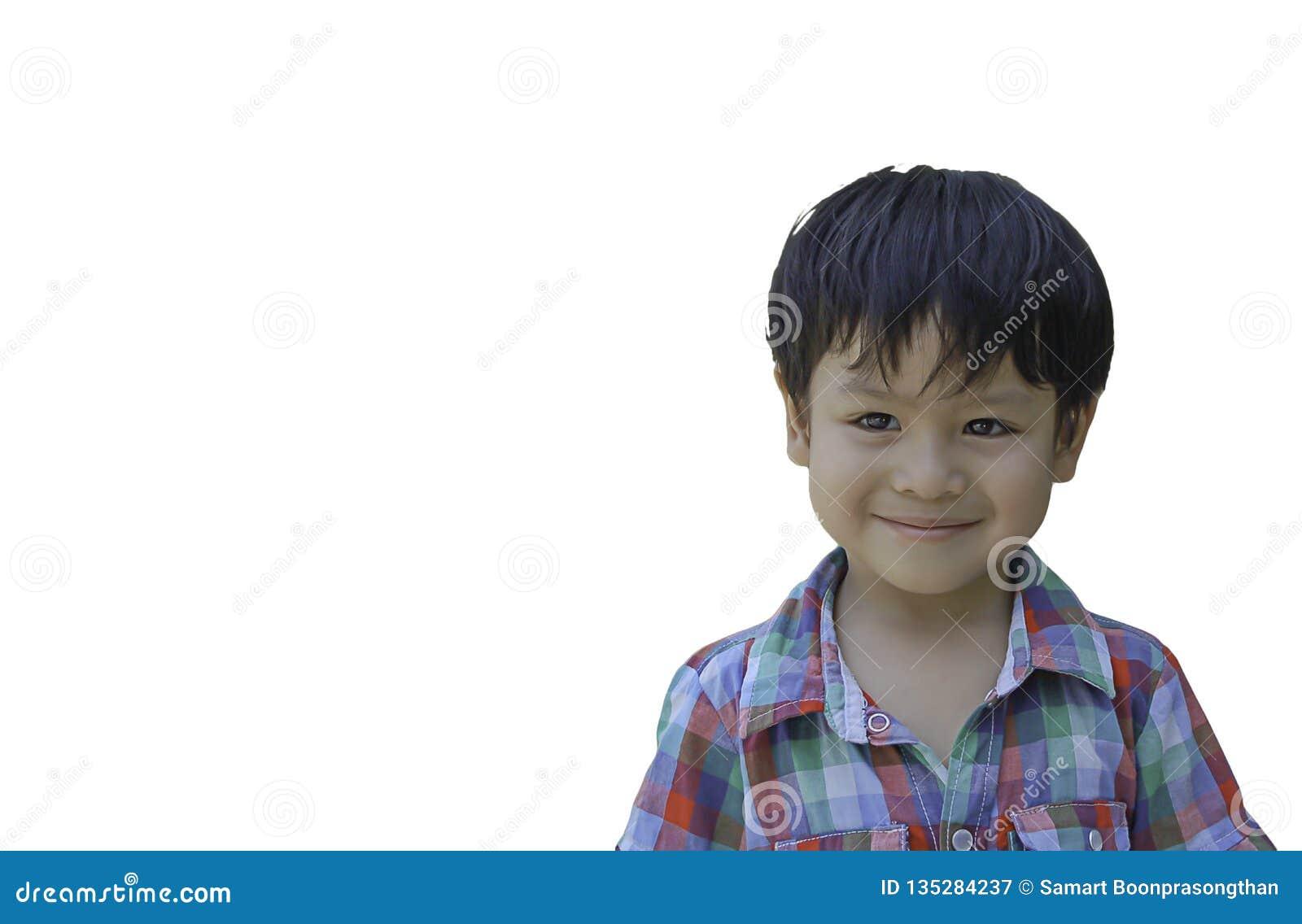 De geïsoleerde Portret Aziatische jongen glimlachte gelukkig op witte achtergrond met het knippen van weg