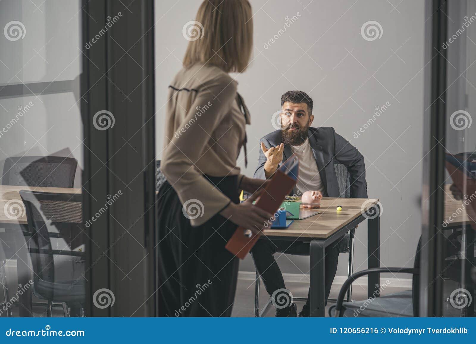 De gebaarde man en de vrouw hebben commerciële vergadering Gebaarde mensenbespreking aan secretaresse in bureau, mededeling en sa