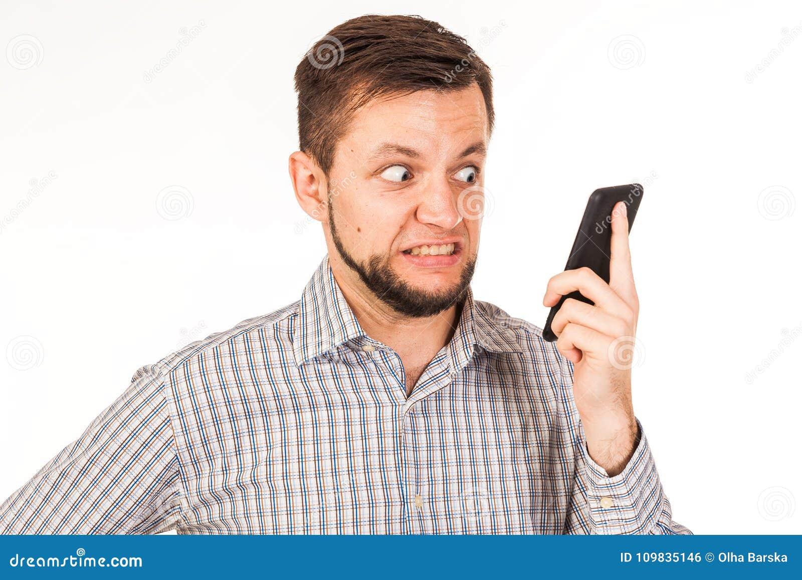 De gebaarde man spreekt op de telefoon Het stellen met verschillende emoties Simulatie van gesprek