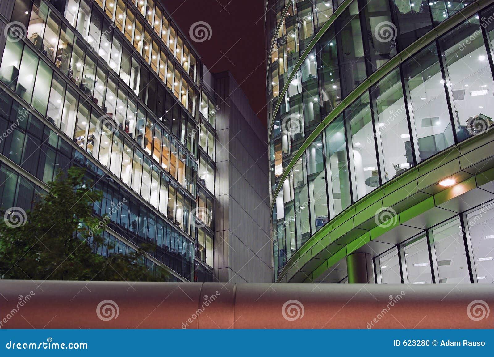 De Gebouwen van het bureau in Londen bij nacht