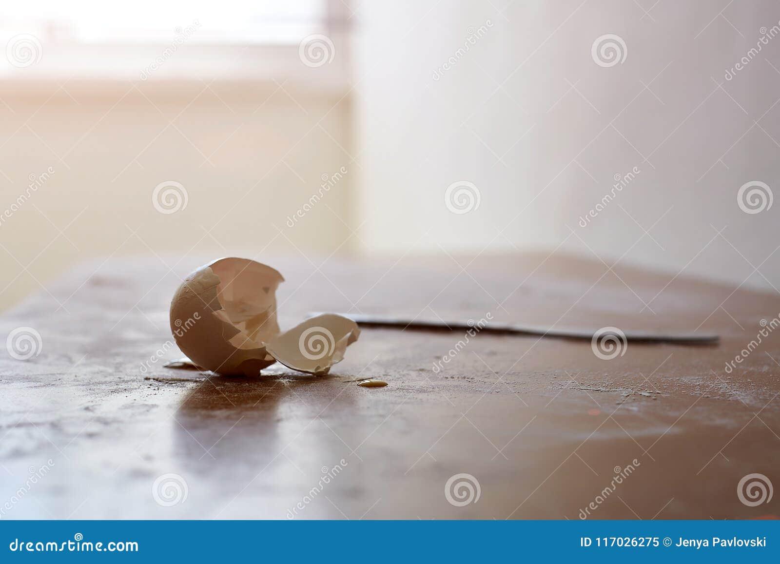 De gebroken eischil met onderbrekingspotlood en verfrommelt document vorm een beeld van achtergrond voor het denken inspiratie Re