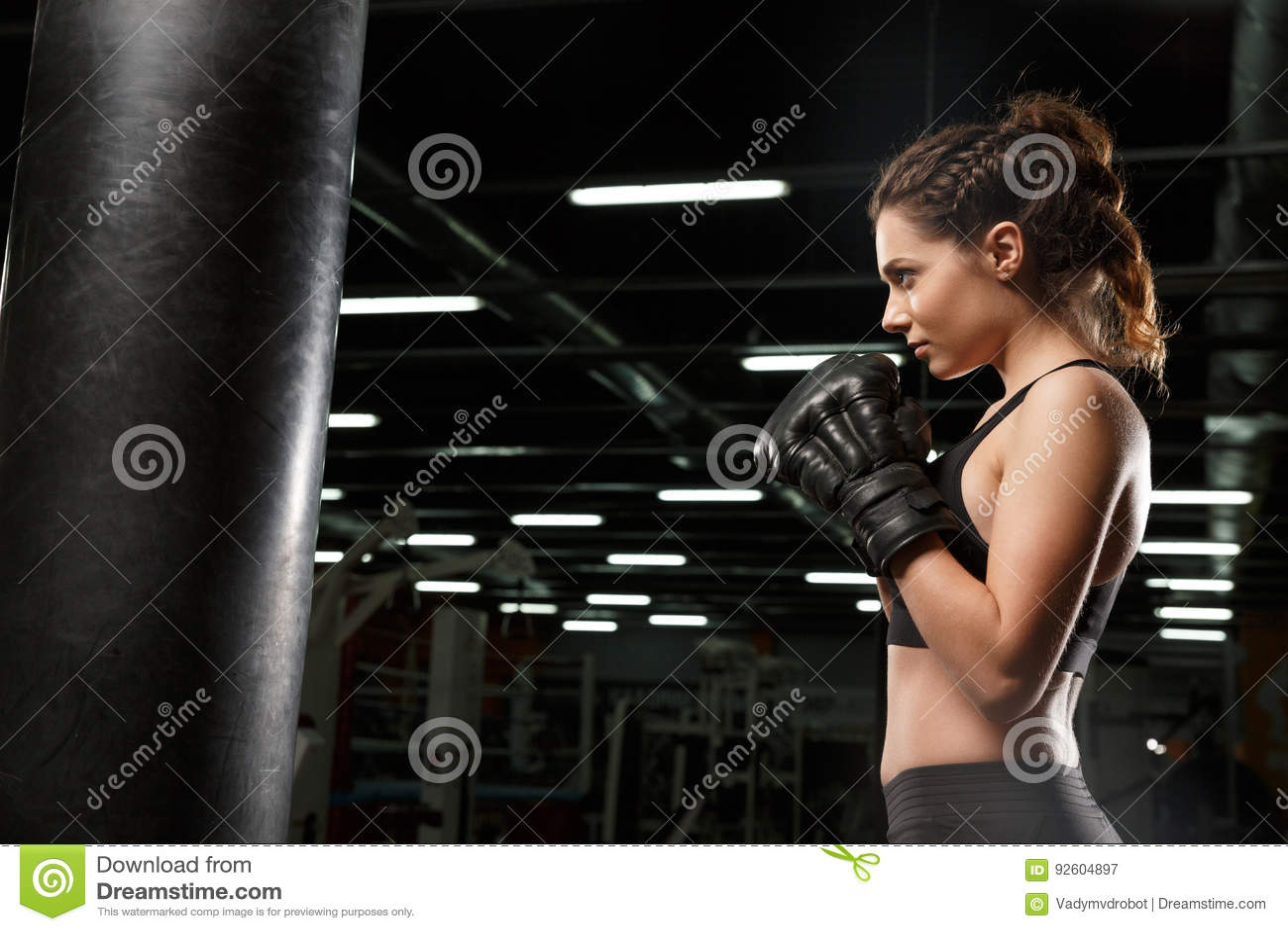 De geconcentreerde jonge sterke bokser van de sportendame