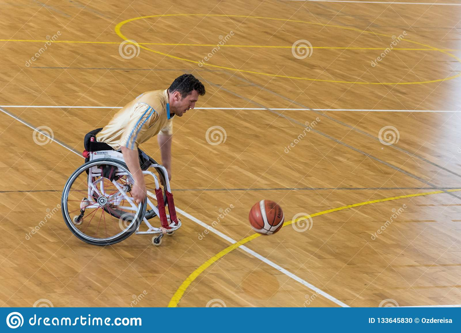 De gehandicapte basketbalspelers hebben vriendschappelijke basketbalgelijke