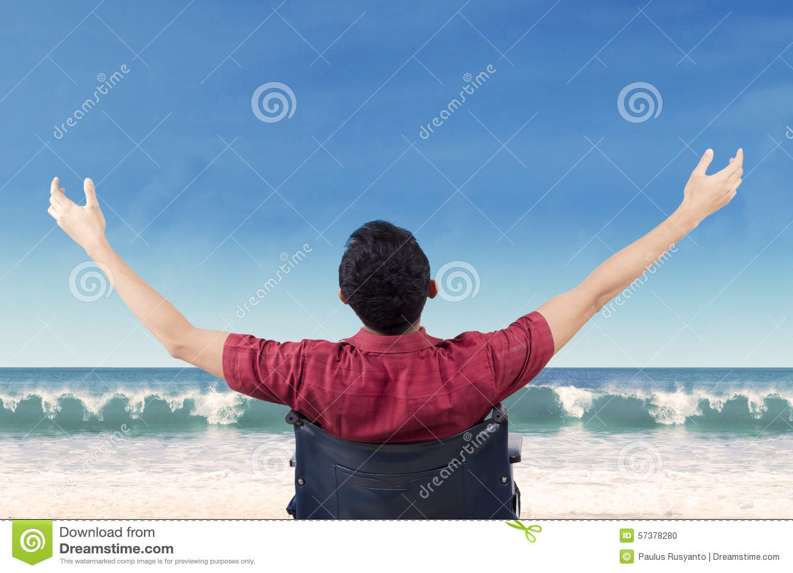 De gehandicapte persoon geniet van vrijheid bij kust