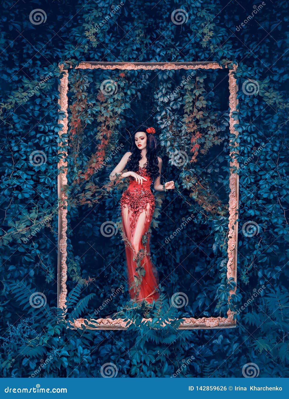 De geheimzinnige godin van bos en aard komt uit haar tuin in elegante rode kleding met lange transparante trein en bloemen