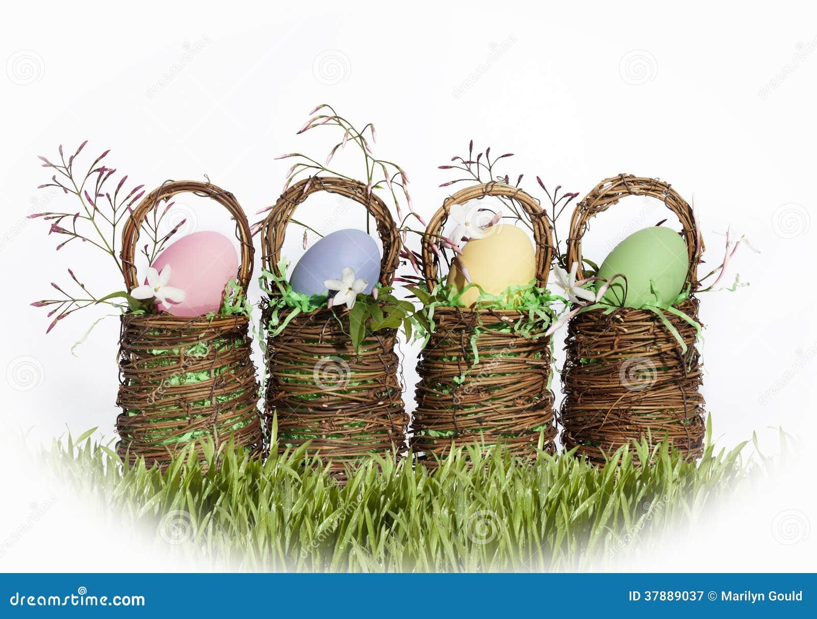 De Gekleurde Eieren van Pasen Manden