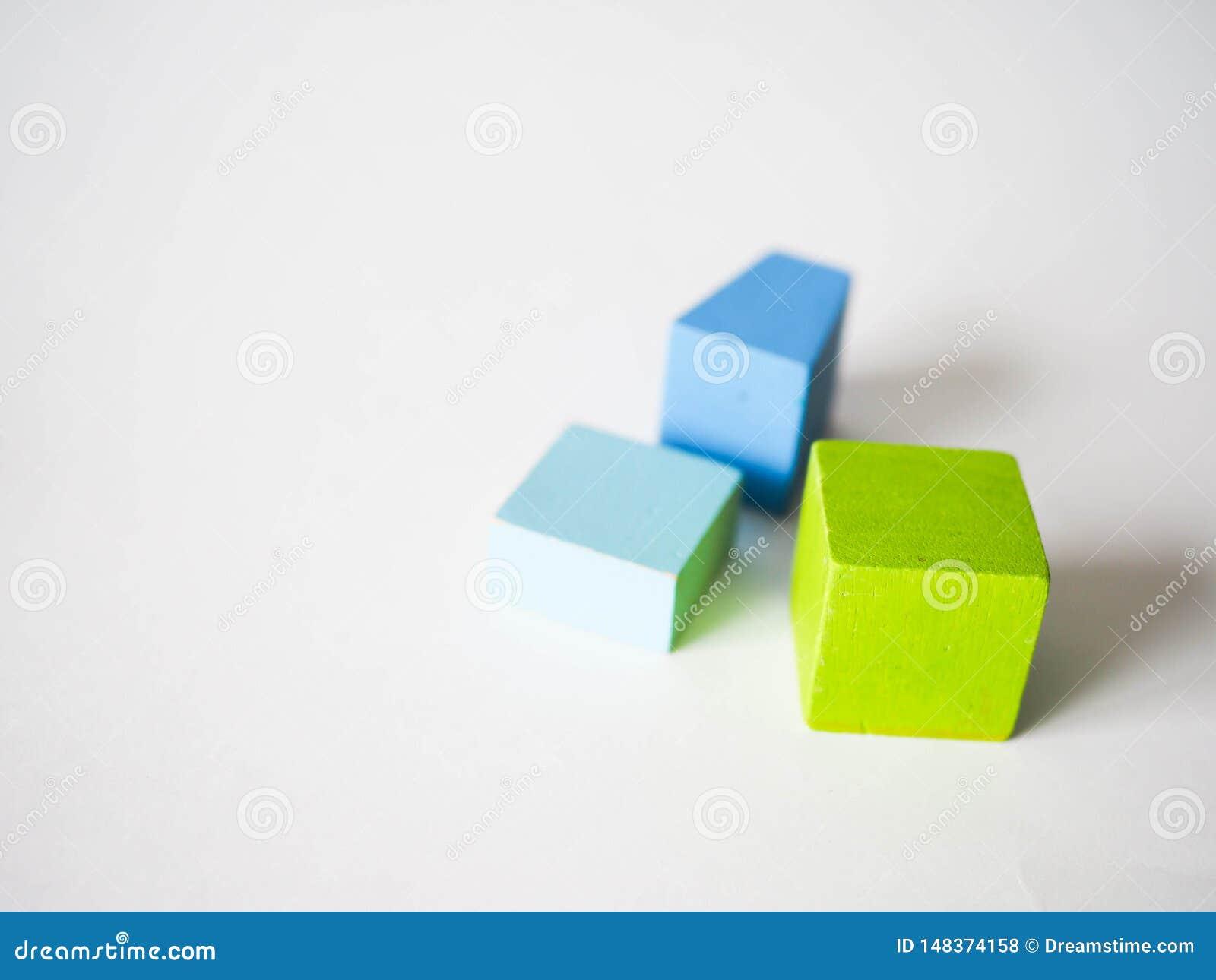 De gekleurde kubussen van kinderen