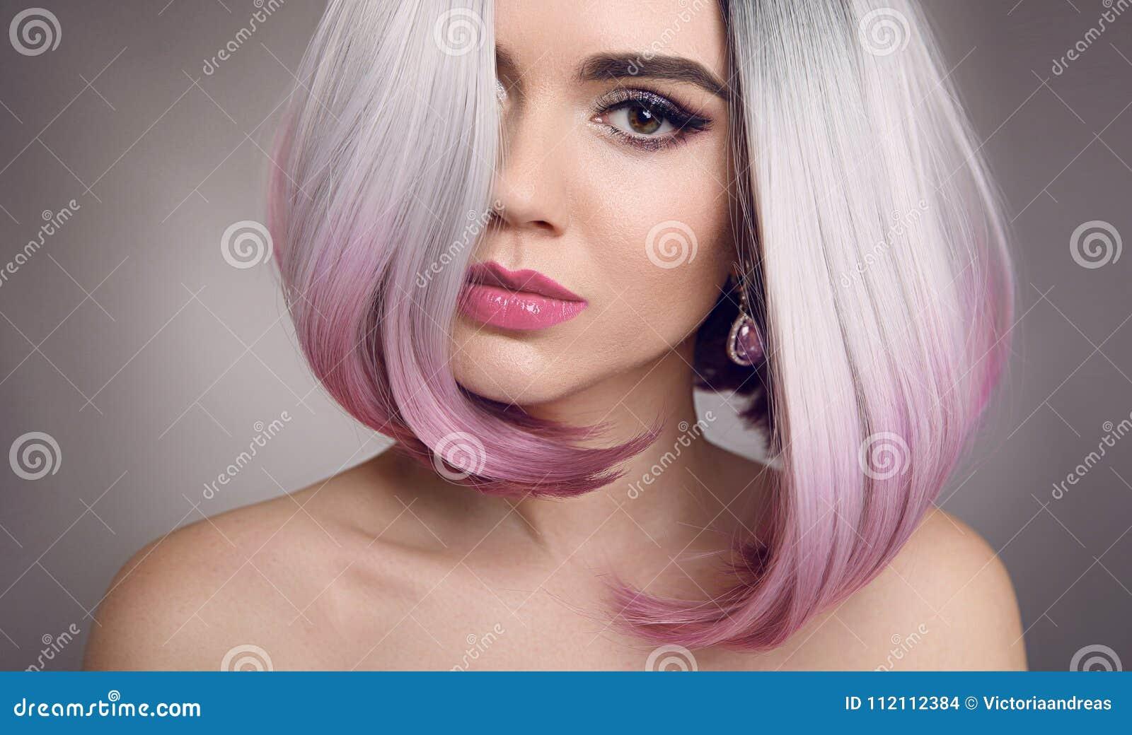 De gekleurde Ombre-uitbreidingen van het loodjeshaar Schoonheidsblonde ModelGirl met