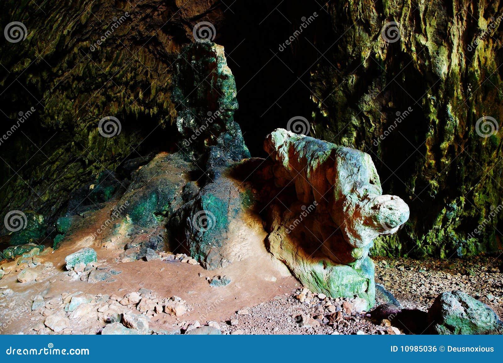 De gekleurde rots in een hol