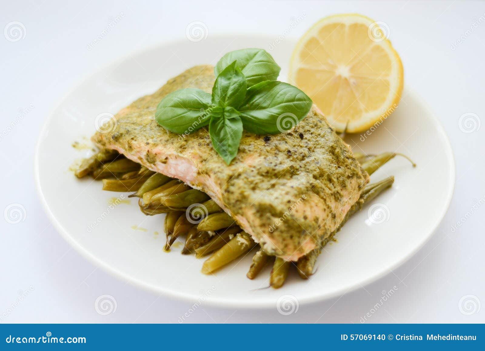 De gekookte zalm met versiert
