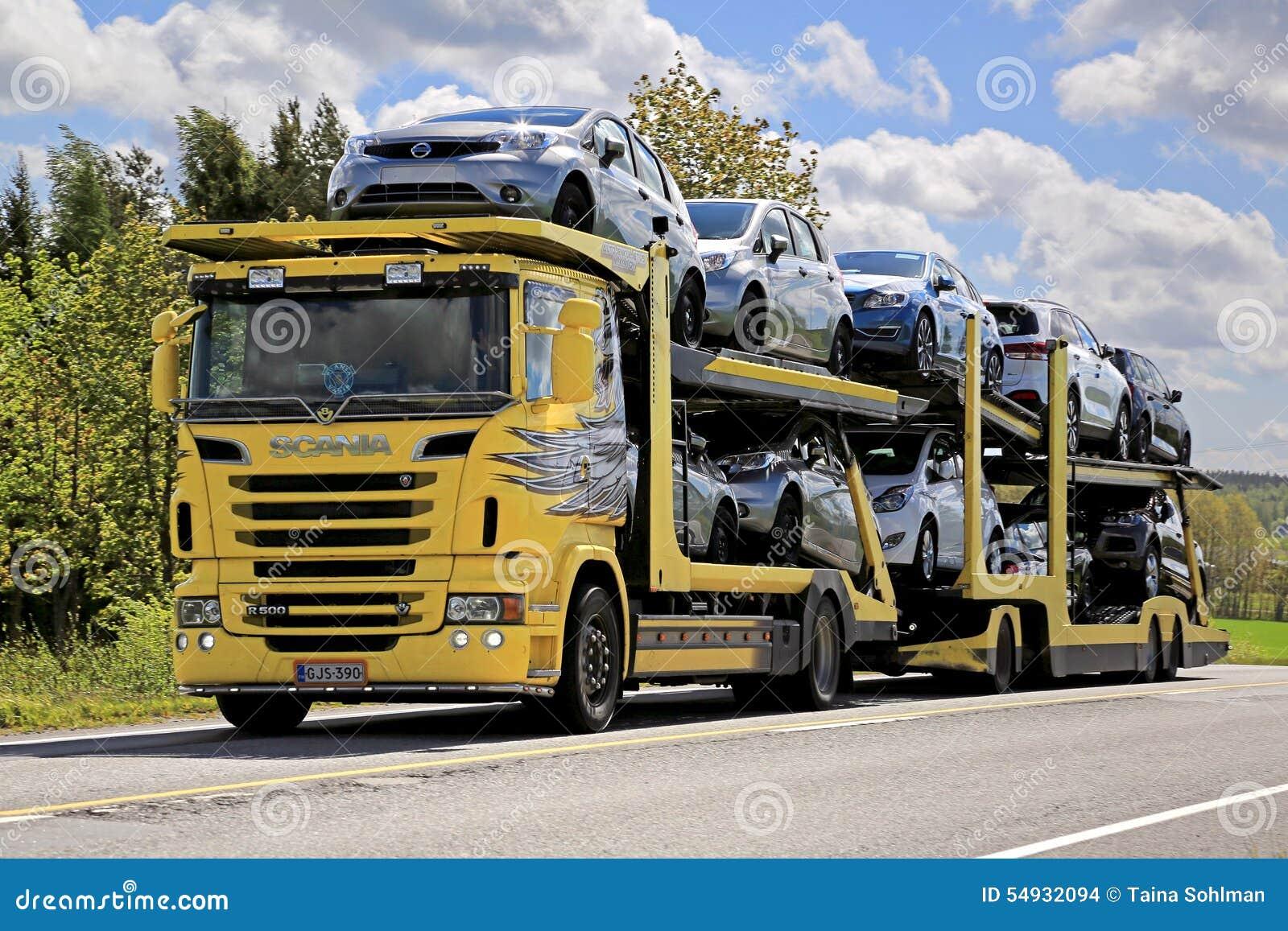 De gele Auto-carrier van Scania R500 vervoert Nieuwe Auto s