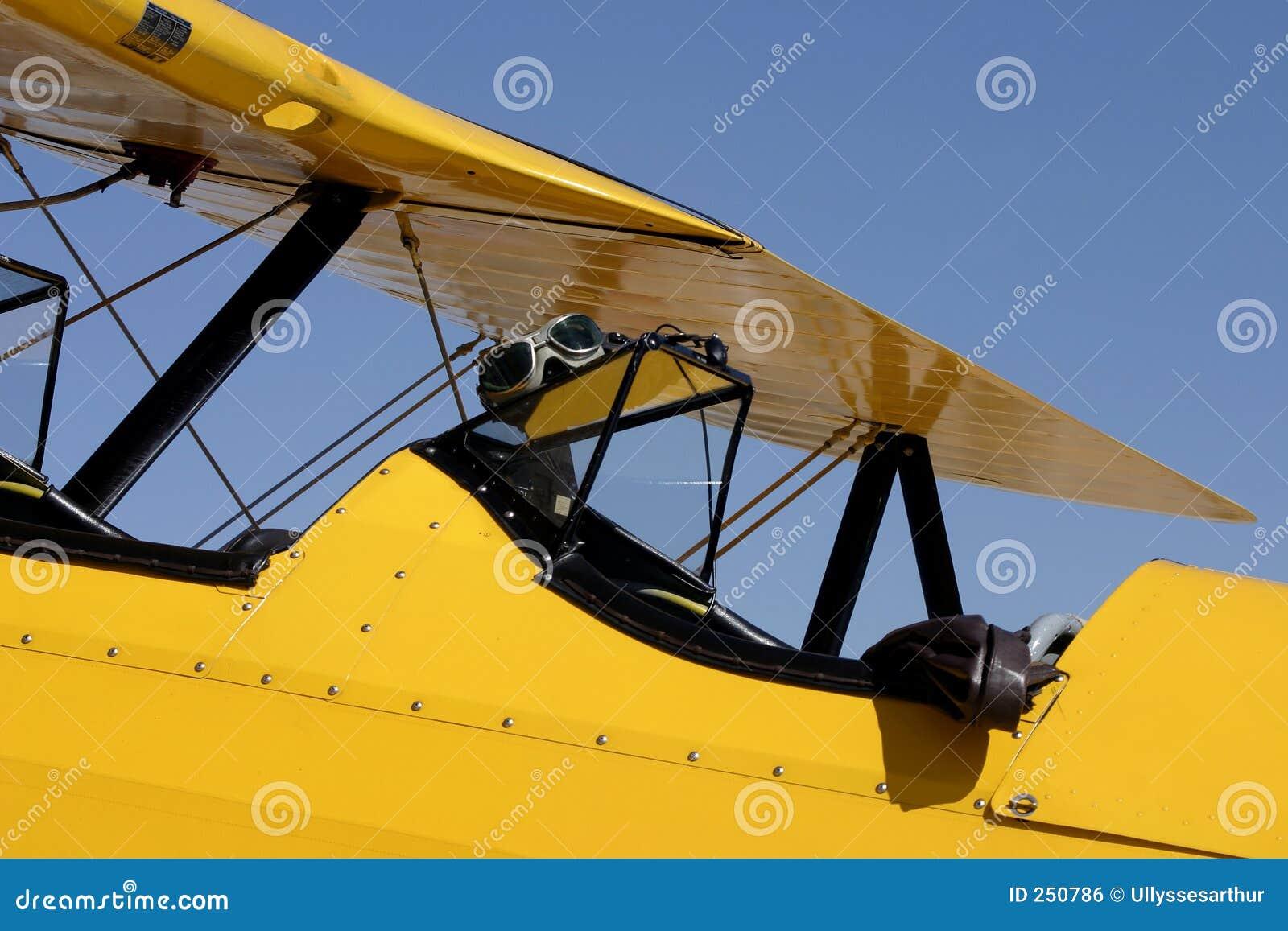 De gele Cockpit van de Tweedekker met de Beschermende brillen van de Vlucht en het Jasje van de Bommenwerper