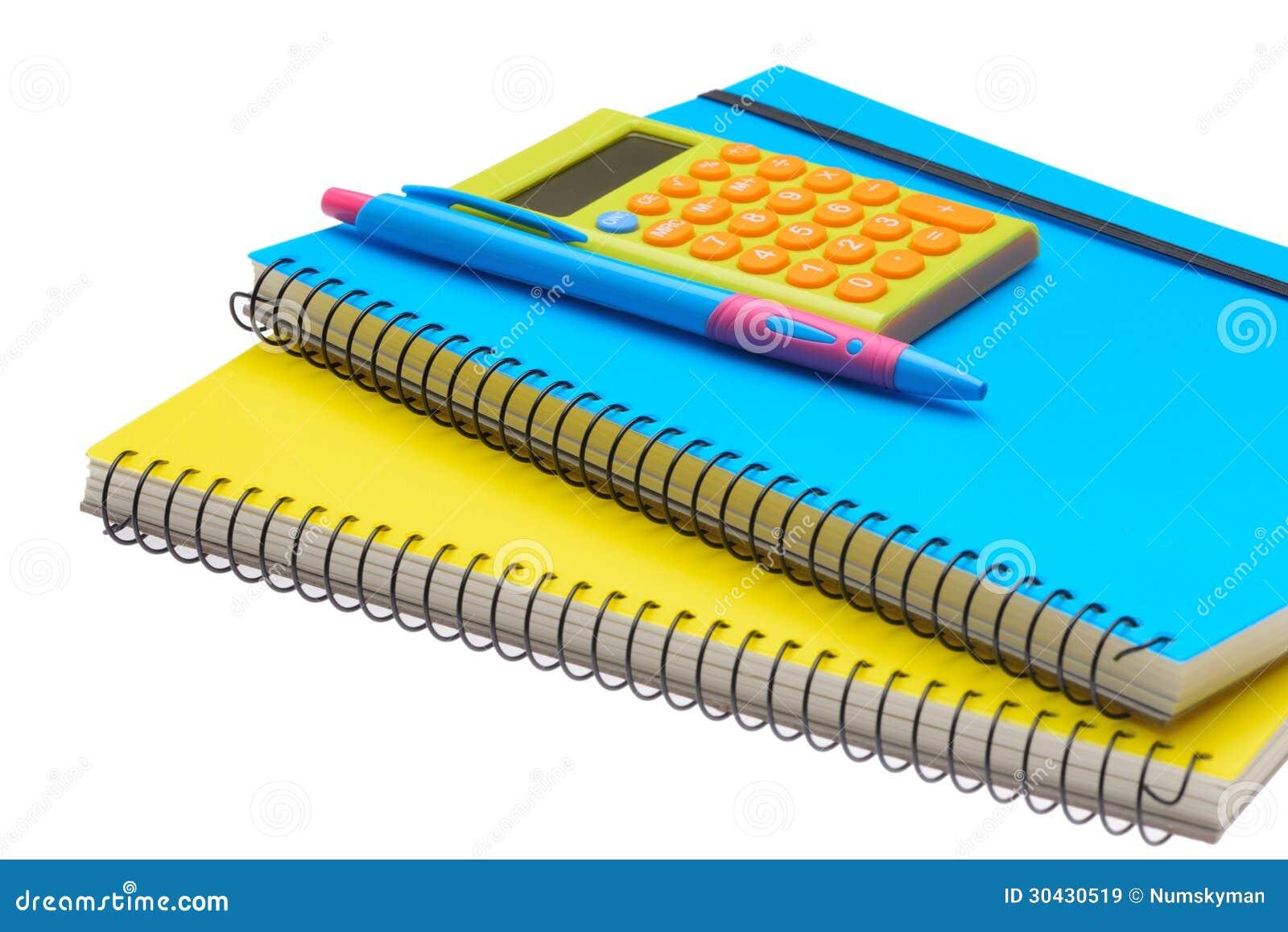 De gele en blauwe calculator en de pen van het notaboek