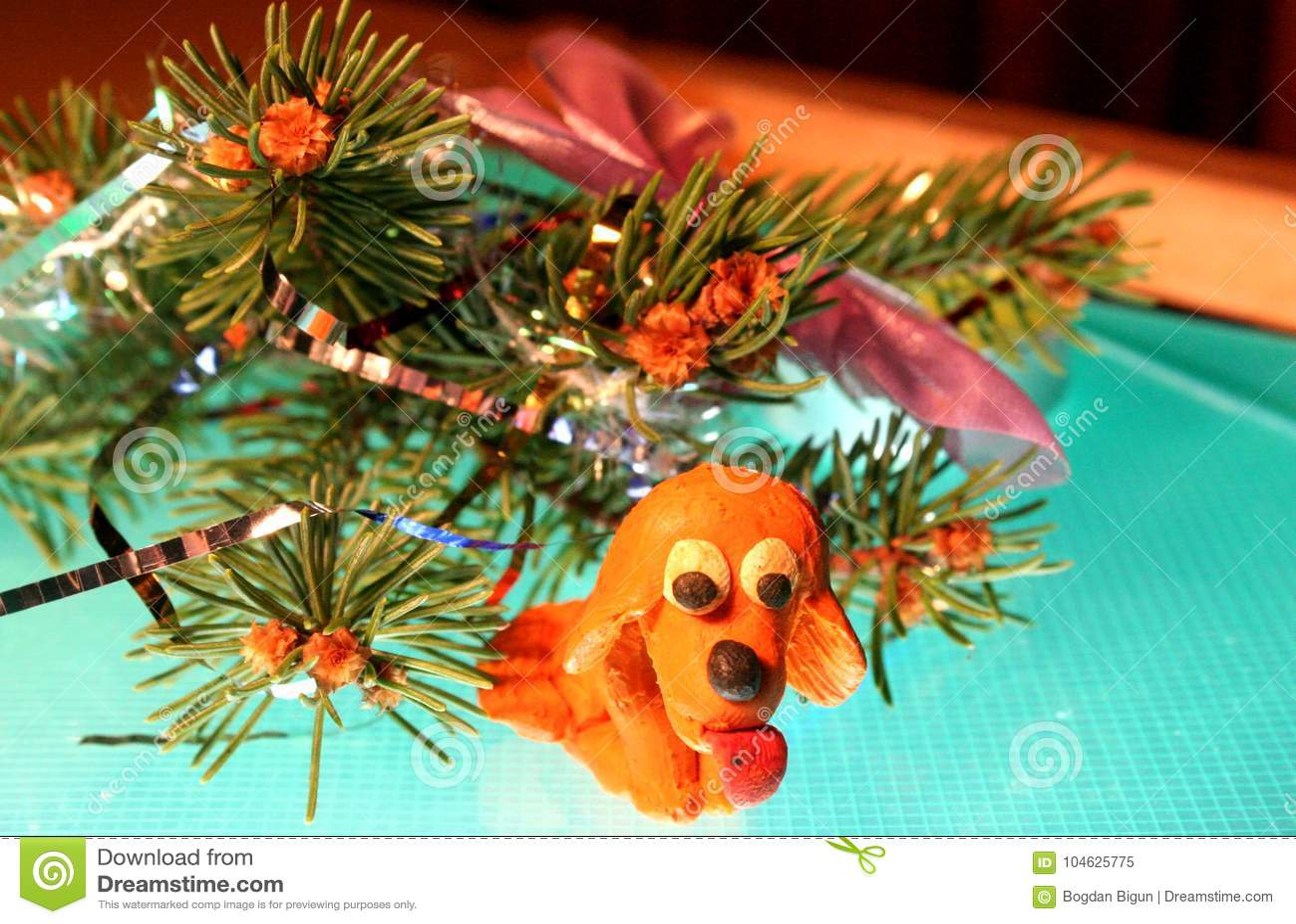 Download De gele hond is plasticine stock afbeelding. Afbeelding bestaande uit geel - 104625775