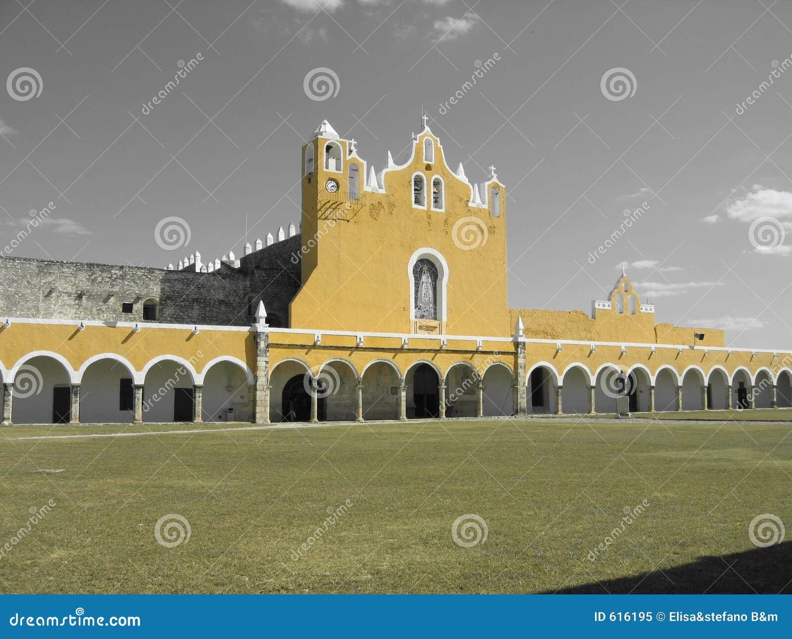 De Gele Kerk van Izamal met Zwarte & Witte Hemel