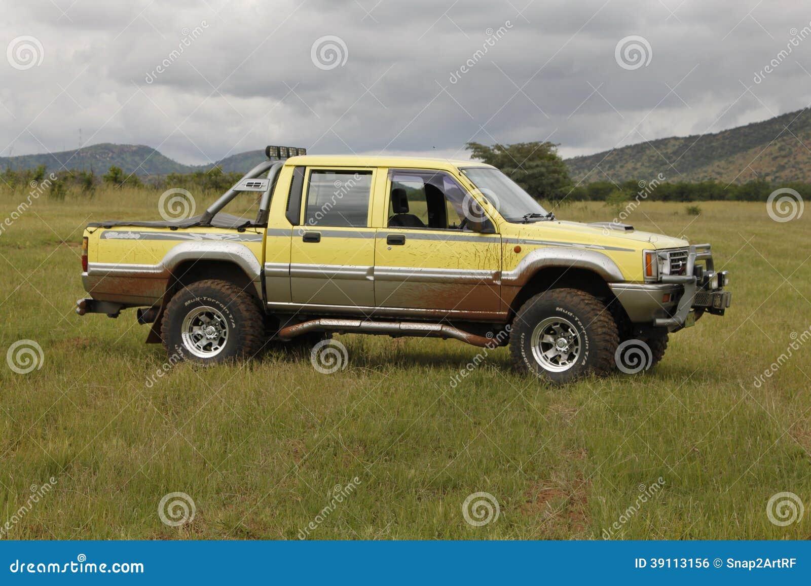 De gele Mitsubishi-Tweelingcabine van de Veulenrodeo