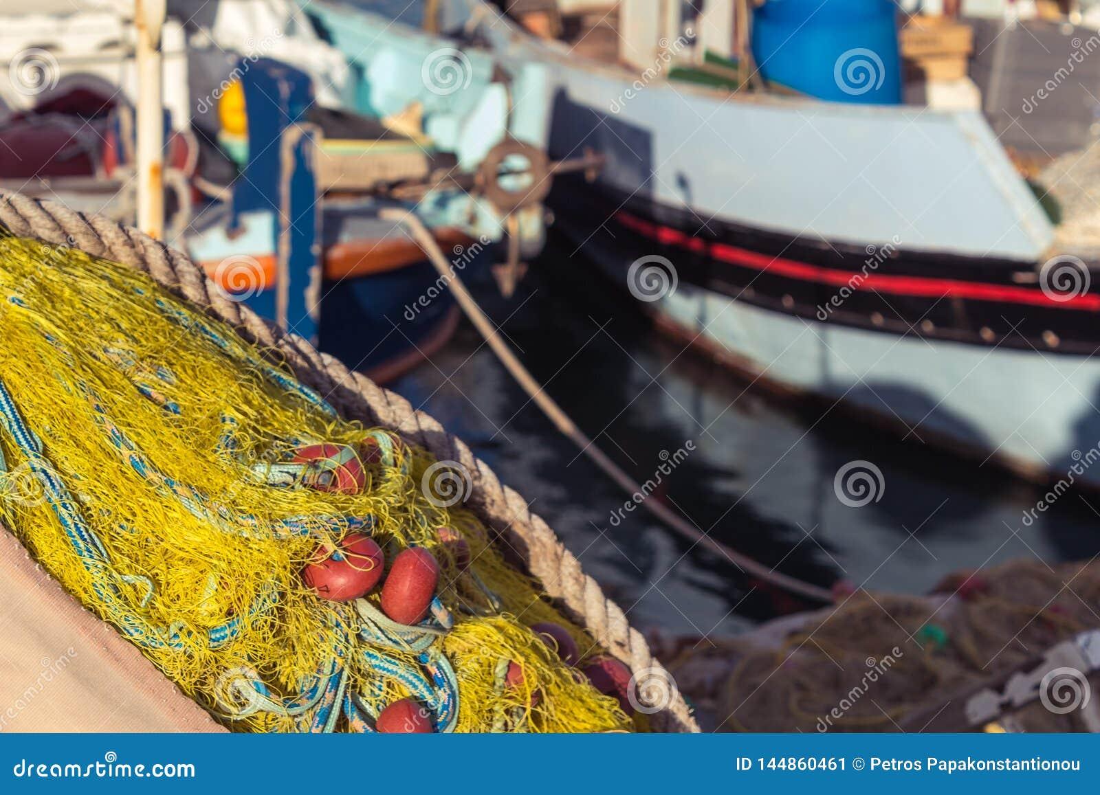 De gele visnetten sluiten omhoog door het overzees bij haven