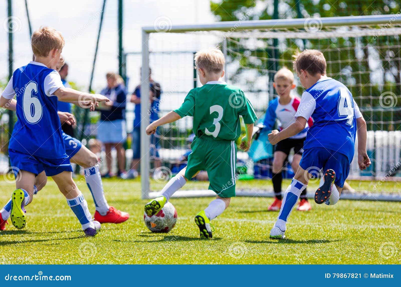 De gelijke van het voetbalvoetbal voor kinderen Jongens die voetbalspel spelen openlucht