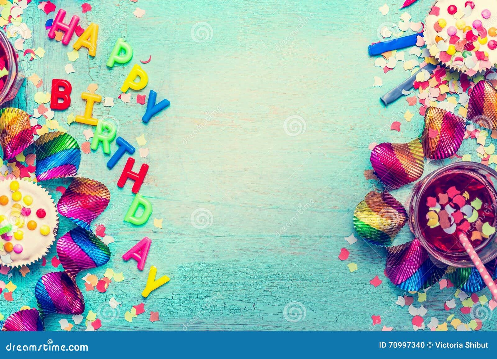 De gelukkige achtergrond van de verjaardagspartij met tekst, dranken, cupcake en kleurrijke hulpmiddelen, hoogste mening