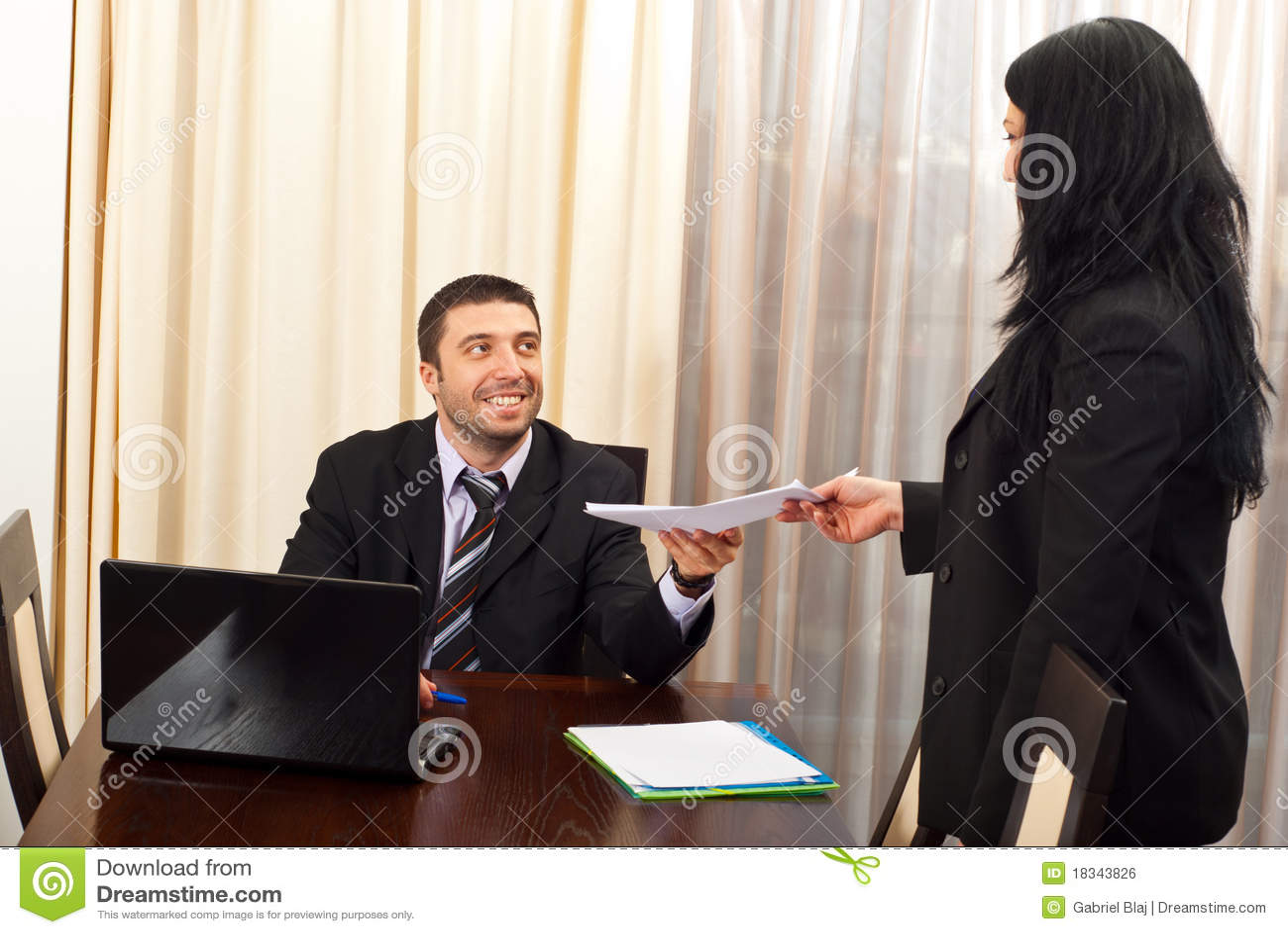 De gelukkige bedrijfsmens geeft documenten aan secretaresse
