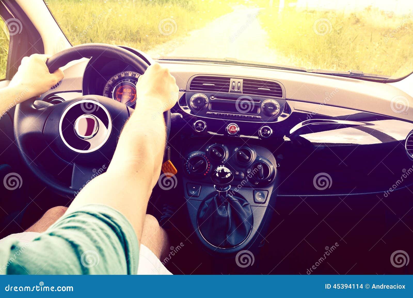 De gelukkige bestuurder gaat op vakantie