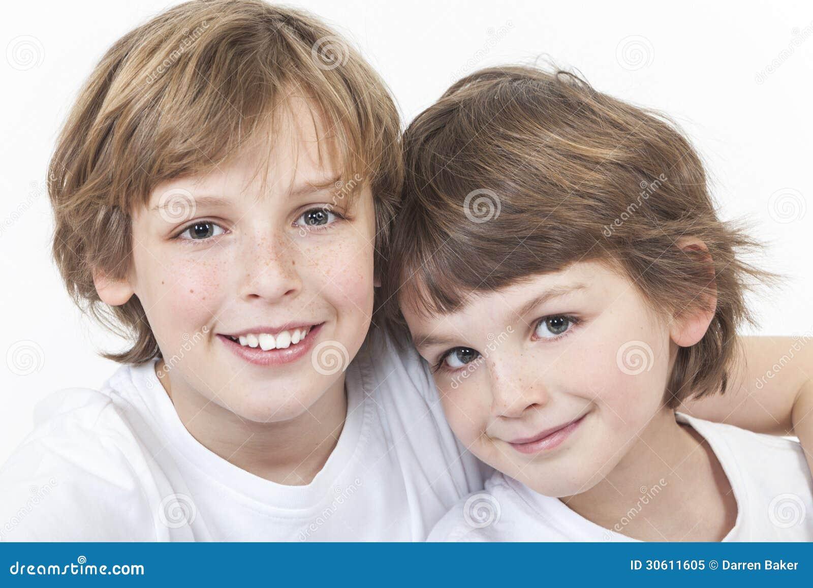 De gelukkige Broers die van Jongenskinderen samen glimlachen