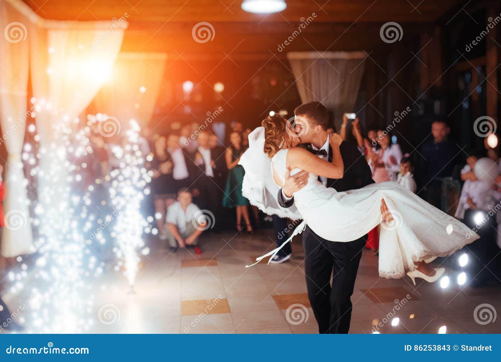 De gelukkige bruid en verzorgt een hun eerste dans, huwelijk