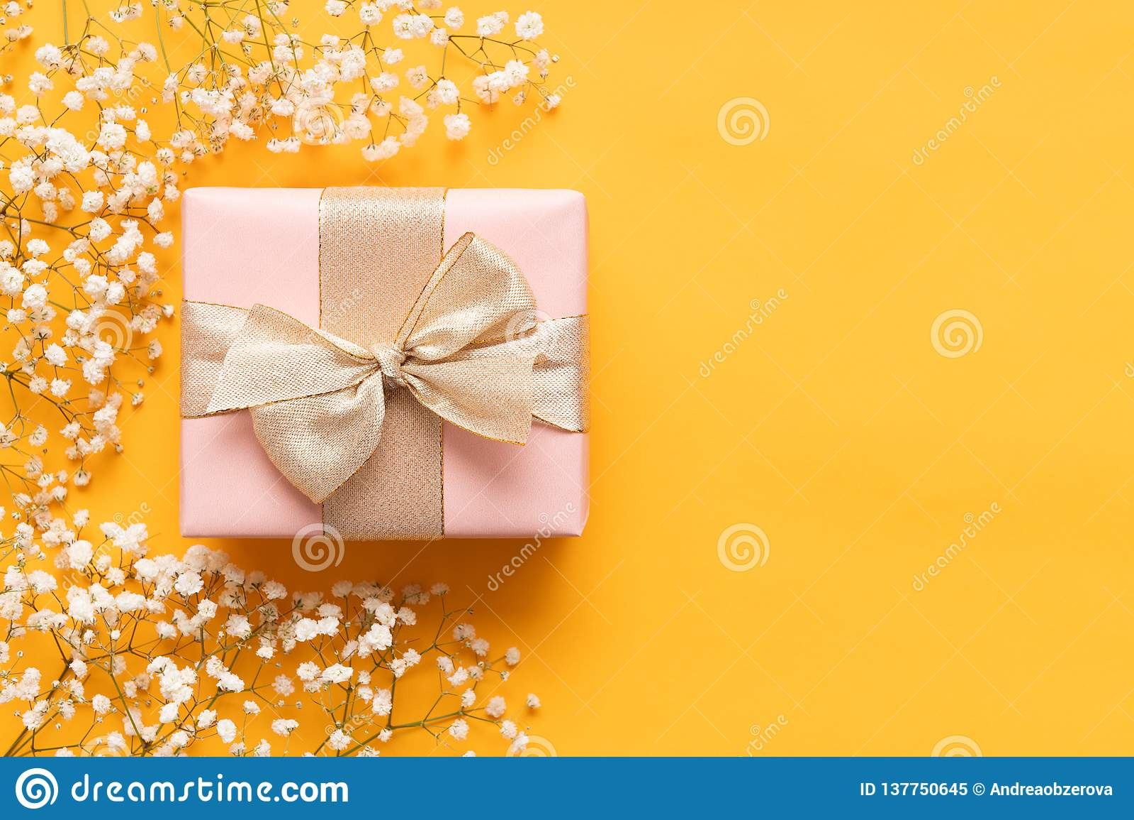 De gelukkige Dag van Moeders Gele en Pastelkleurroze Gekleurde Achtergrond Vlak leg groetkaart met mooie giftdoos