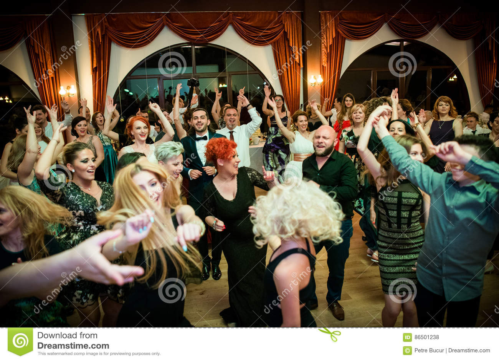 De gelukkige dans van de huwelijkspartij