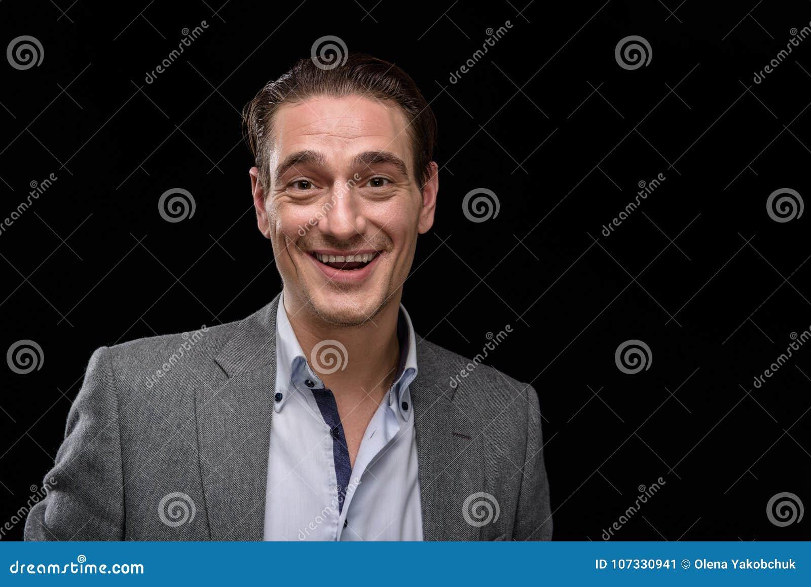 De gelukkige elegante mens glimlacht