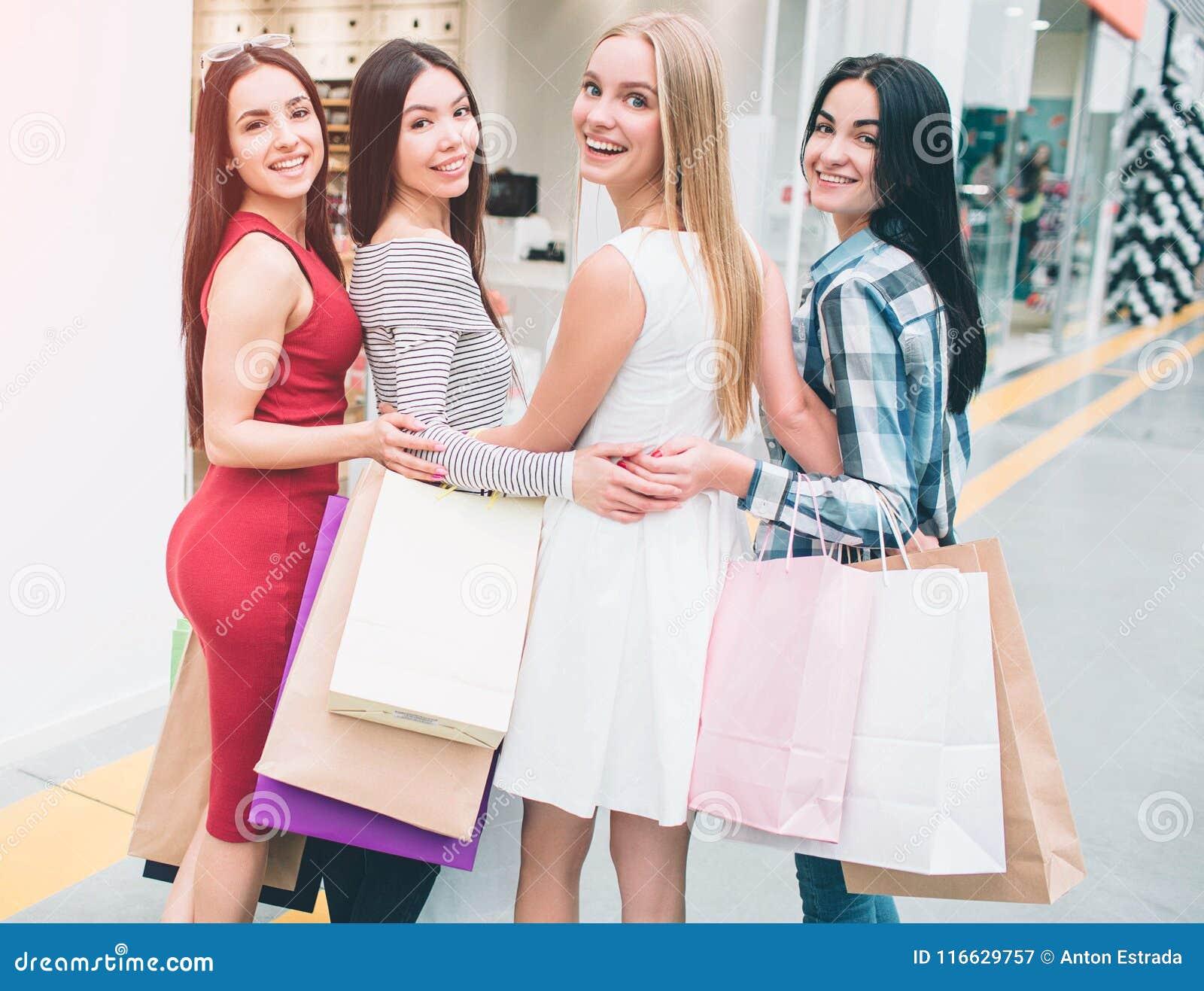 De gelukkige en positieve vrouwen verenigen zich en stellen Zij kijken terug bij camera en het glimlachen Ook hebben zij