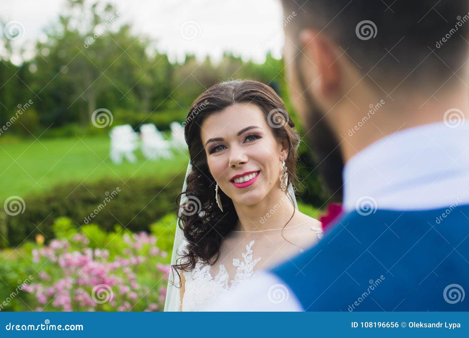 De gelukkige enkel handen en de glimlach van de echtpaarholding