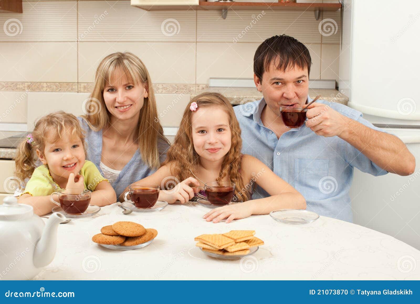 De gelukkige familie drinkt thee