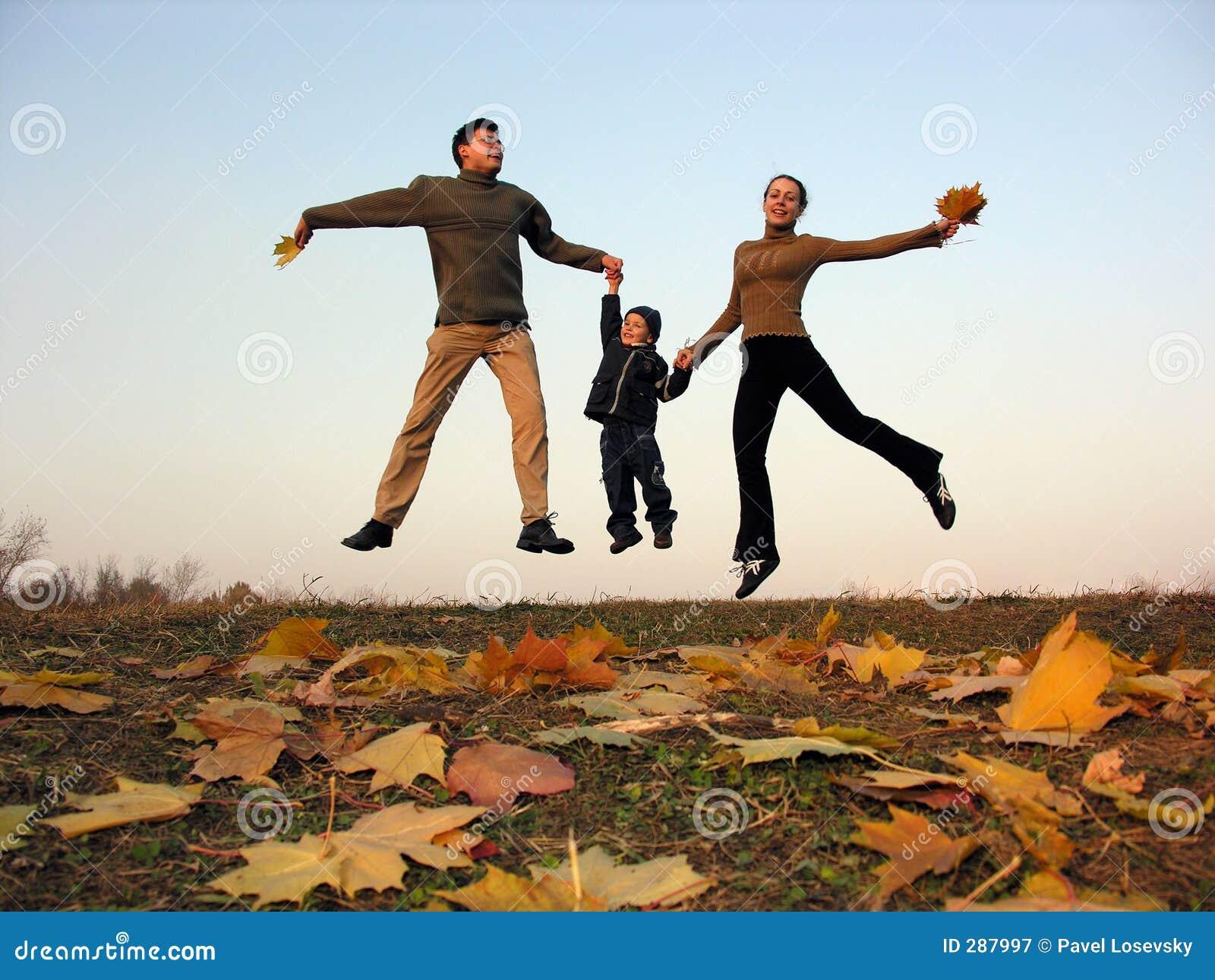 De gelukkige familie van de vlieg met de herfstbladeren