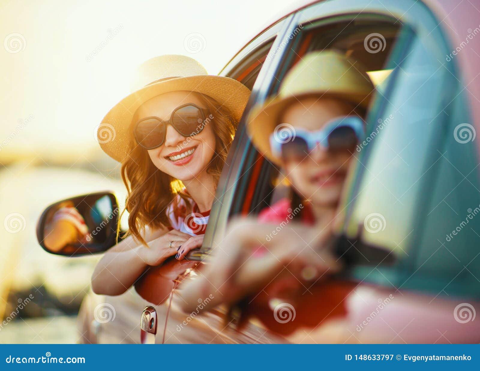 De gelukkige familiemoeder en het kindmeisje gaan naar de reis van de de zomerreis in auto