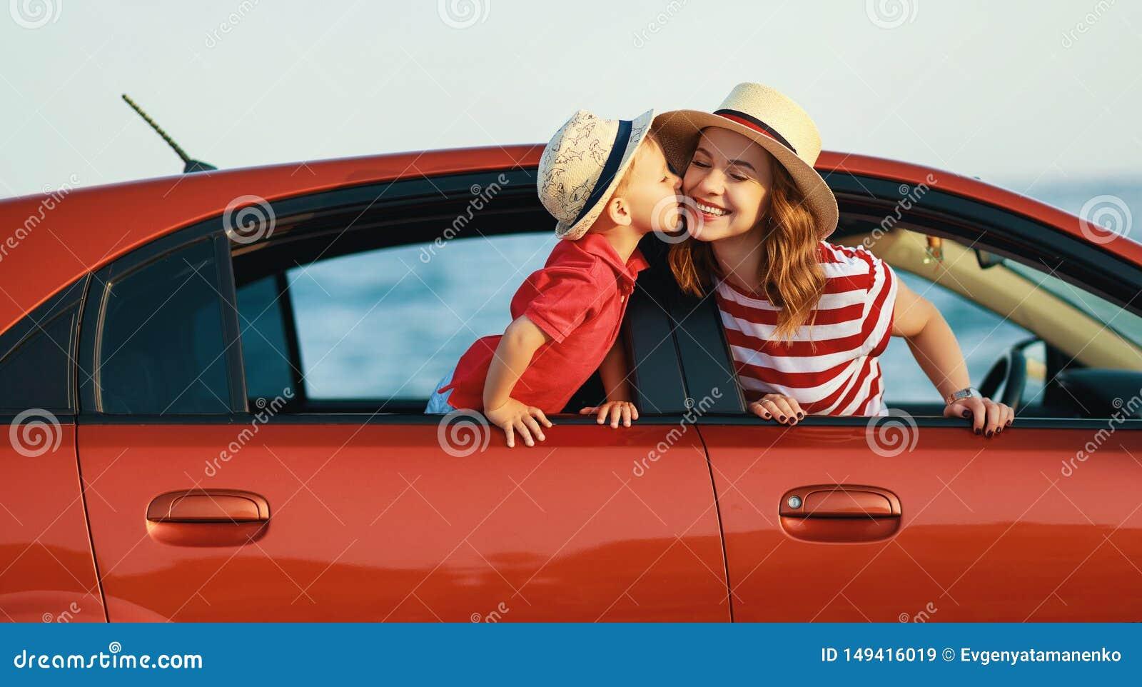 De gelukkige familiemoeder en de kindjongen gaan naar de reis van de de zomerreis in auto