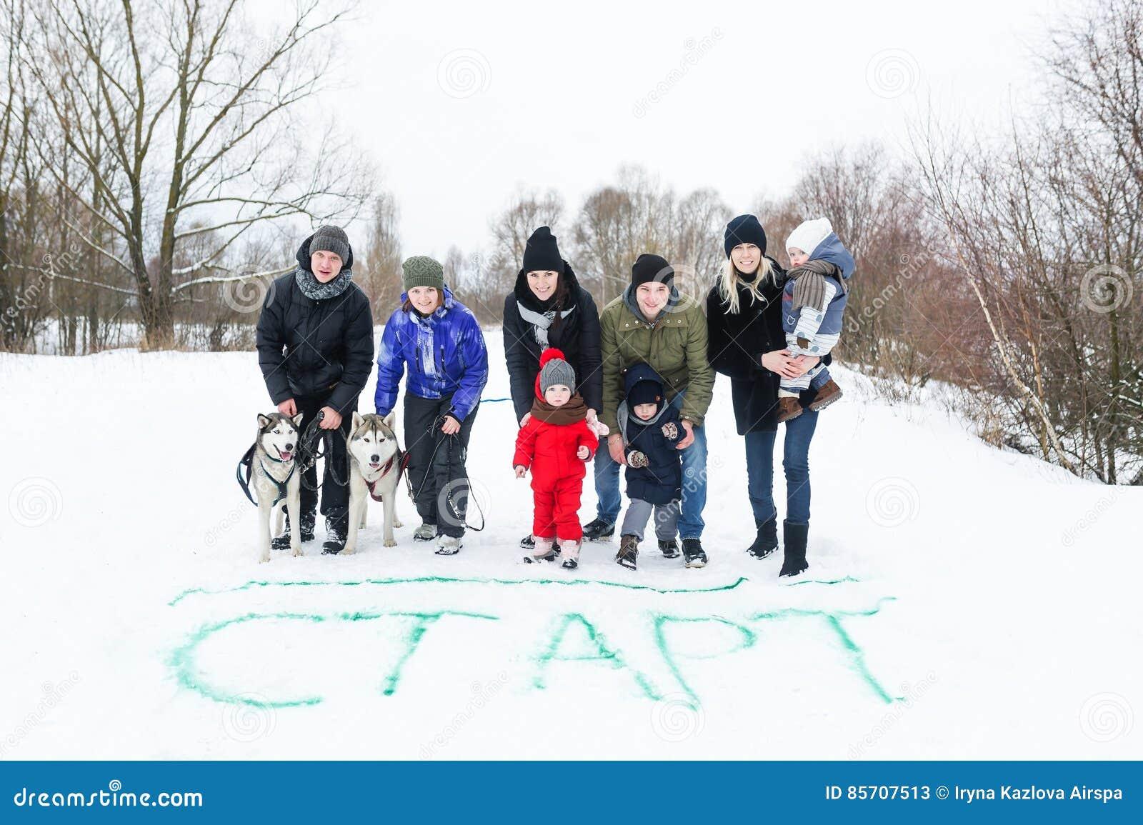 De gelukkige families hebben samen rust op de de winteraard