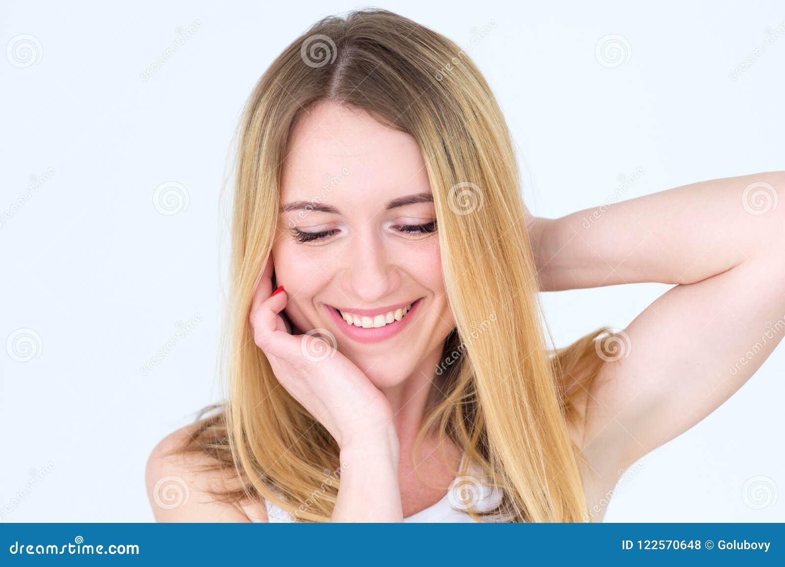 De gelukkige glimlachende kalme tevreden vrouw van het emotiegezicht