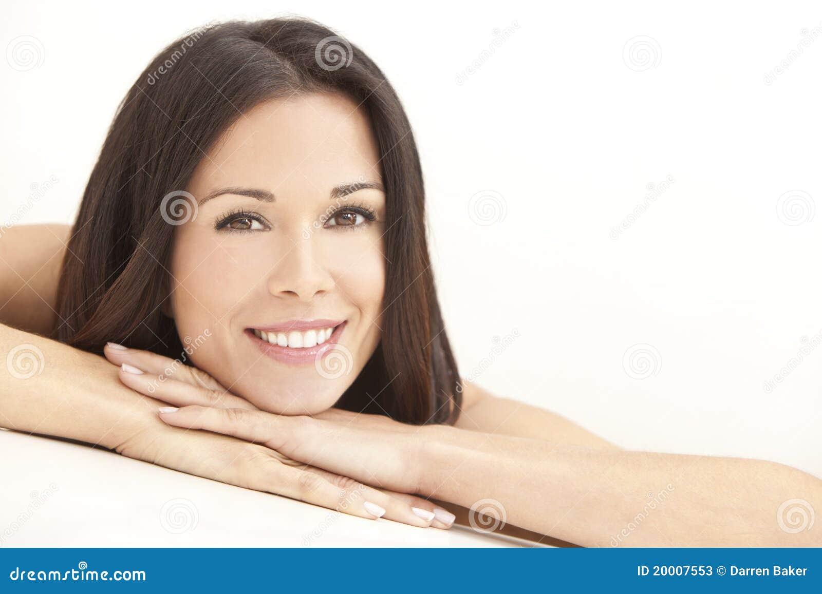 De gelukkige Jonge Vrouw die rust op dient Kuuroord in